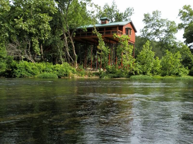 Missouri River Lighthouse Treehouse Cabain